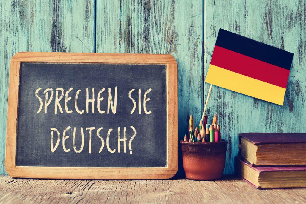 Schiefertafel und kleine Deutschlandfahne